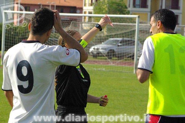 L'arbitro Campagnolo mostra il cartellino rosso a Ventricini