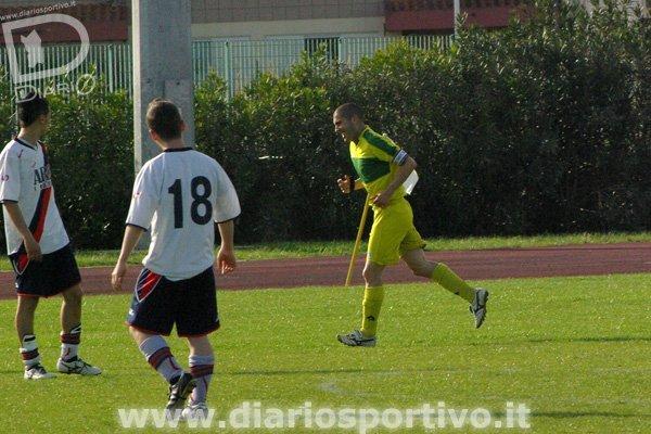 Massimo Lilliu esulta dopo il gol del 5-0