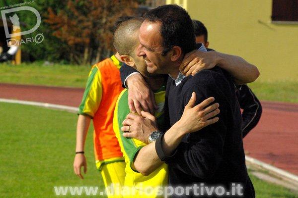 Massimo Lilliu abbraccia il mister Paolo Busanca