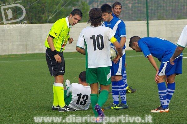 L'arbitro Nehrir fischia il fallo