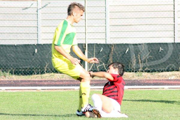 Sant'Elena-Atletico Elmas 0-3 Uccheddu in contrasto con Serra