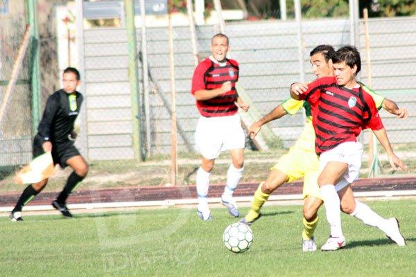 Sant'Elena-Atletico Elmas 0-3 Riccardo Serra contrastato da Marco Salis
