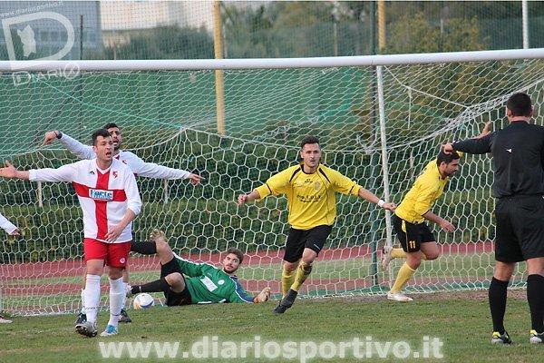 Simone Marini esulta ma l'arbitro Ibba annulla il gol