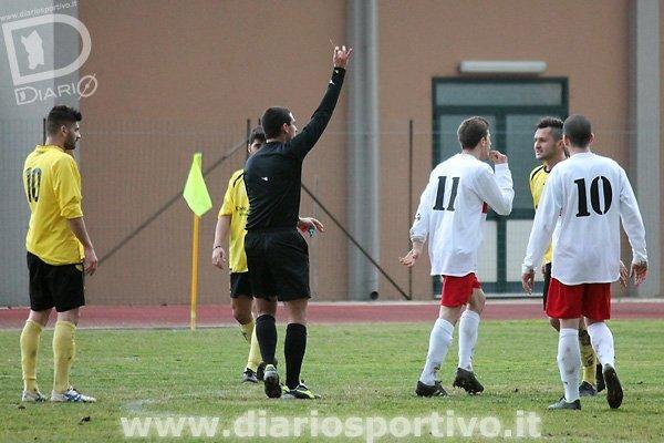 L'arbitro Ibba ammonisce Christian Sartorio
